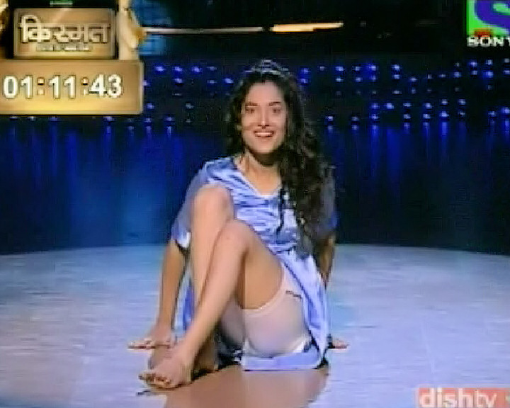 ankita lokhande revealing smooth thighs jhalak dikhla