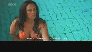 Hot n sexy Shweta Menon in swimsuit - Naan Avan Illai 2 - YouTube[(001102)20-48-54]