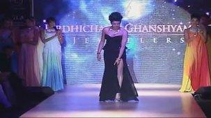 SUSHMITA SEN CLEAVAGE SHOW AT IIJW 2012 FOR BIRDICHAND GHANSHYAMDAS - YouTube[(002206)21-11-23]