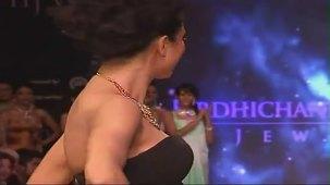 SUSHMITA SEN CLEAVAGE SHOW AT IIJW 2012 FOR BIRDICHAND GHANSHYAMDAS - YouTube[(003347)21-13-42]