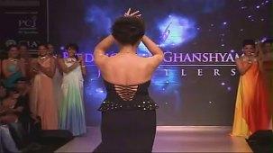SUSHMITA SEN CLEAVAGE SHOW AT IIJW 2012 FOR BIRDICHAND GHANSHYAMDAS - YouTube[(003480)21-13-54]