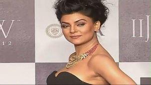 SUSHMITA SEN CLEAVAGE SHOW AT IIJW 2012 FOR BIRDICHAND GHANSHYAMDAS - YouTube[(006910)21-15-29]