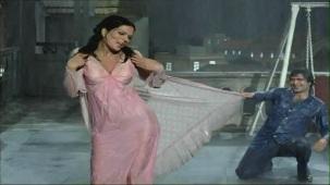 Bheegi Bheegi Raaton Mein - Sexy Bollywood Song - Rajesh Khanna - Ajanabee - YouTube(5)[(002471)20-23-13]
