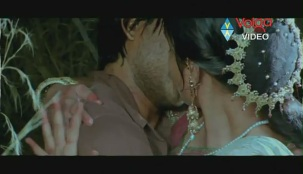 Allu Arjun Kiss scene With bhanusree In Varudu - YouTube(3)[(003539)20-14-00]