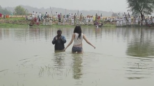 Anushka+Comes+Out+of+the+Pond_+Exclusive+Clip+-+Matru+ki+Bijlee+Ka+Mandola[12-44-57]