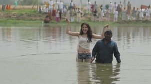 Anushka+Comes+Out+of+the+Pond_+Exclusive+Clip+-+Matru+ki+Bijlee+Ka+Mandola[12-45-03]