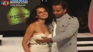 Kangana Ranaut on Ramp - Blenders Pride Fashion Tour 2012 Day 1 - YouTube(4)[20-51-08]