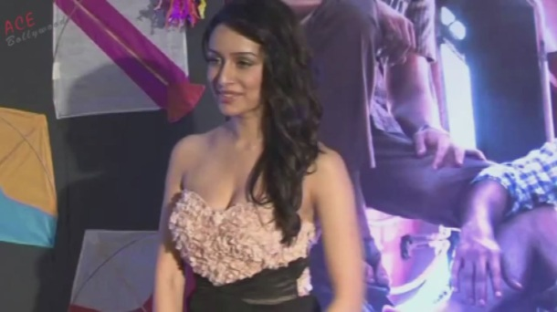 Shraddha Kapoor Adjusting Gown (Shakti Kapoor's Daughter)[20-07-39]
