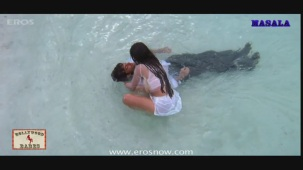 Ameesha Patel gets all wet- Kaho Naa Pyar Hai - YouTube[19-59-52]