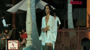 Hot n sexy Sophie in swimsuit - Aa Dekhen Zara - YouTube(3)[21-19-00]