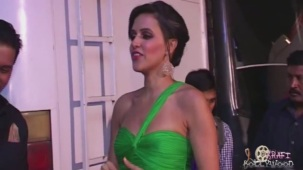 Neha Dhupia Holding Strapless Green Gown[19-13-53]